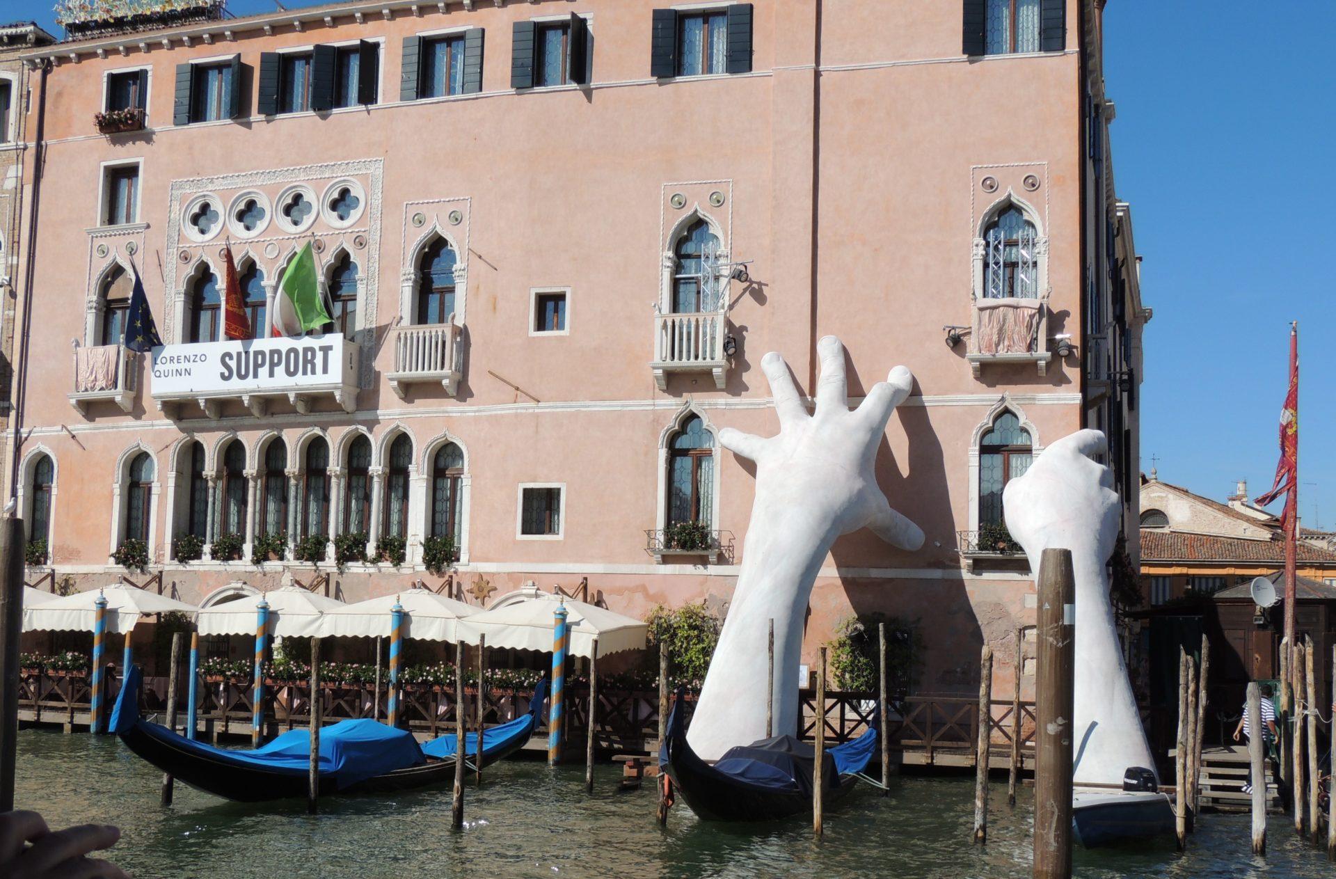 La gigante scultura di Lorenzo Quinn a Venezia
